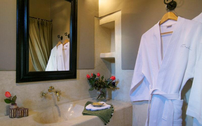 salle de bain suite Fès riad Dar Housnia à Marrakech