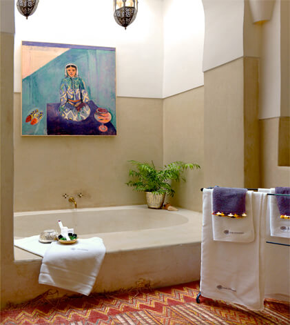 bath of the Mogador suite riad Dar Housnia in Marrakech