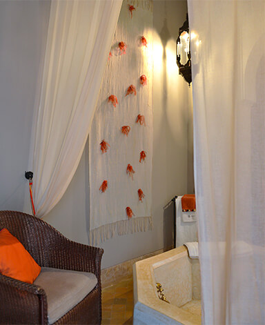 bain suite Patio riad Dar Housnia à Marrakech