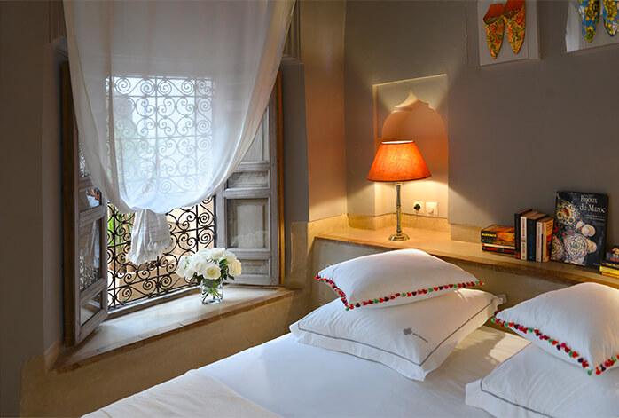 lit suite Patio riad Dar Housnia à Marrakech